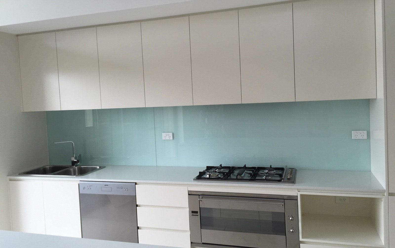 Beautiful Complementary Colour Splash Back for Your Kitchen